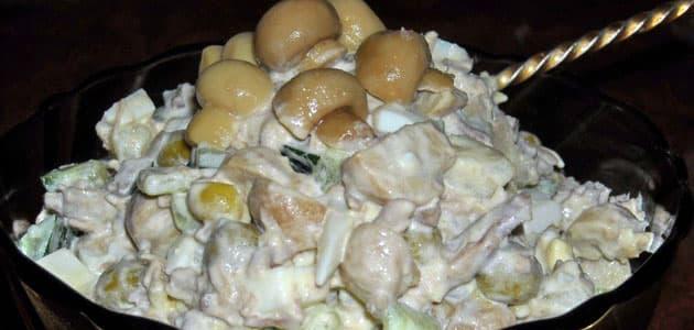 Салат из маринованных огурцов с грибами