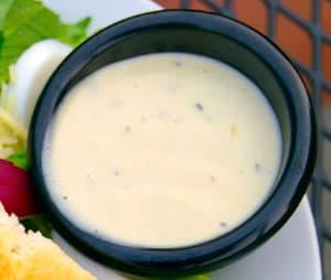 Заправка на основе свежих куриных яиц с сыром