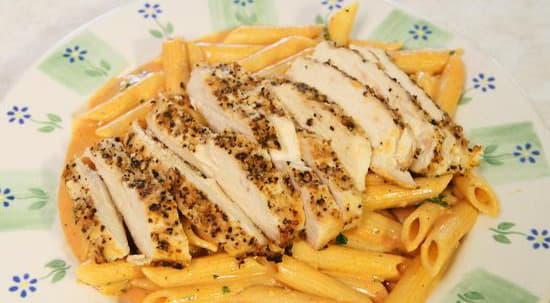 Курица-гриль с пастой и томатным соусом