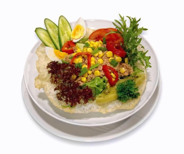 Салат из рыбы с яйцом и овощами