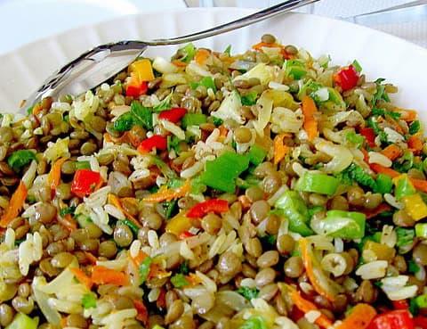 Салат из зелёной чечевицы с рисом и зеленью